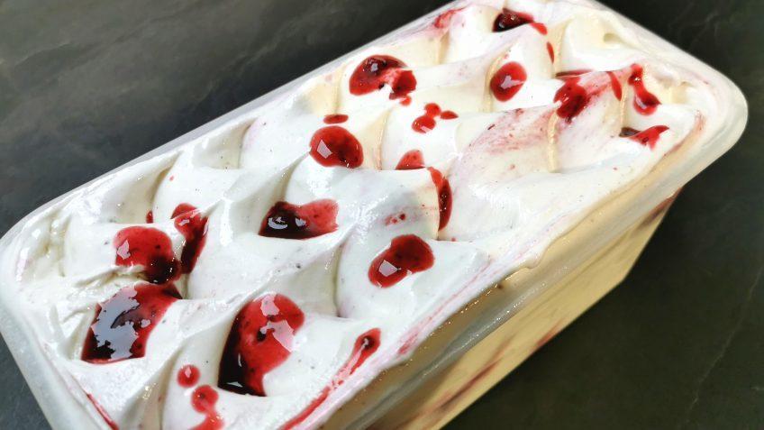 Vanilleeis ohne Zucker mit Rote Grütze